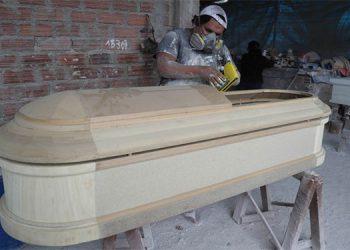 Antes payaso ahora obrero de fábrica de ataúdes en Perú