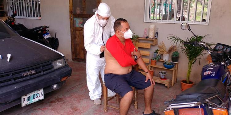 En el parqueo del vehículo, allí atienden al jefe del hogar, quien sentía los primeros síntomas.