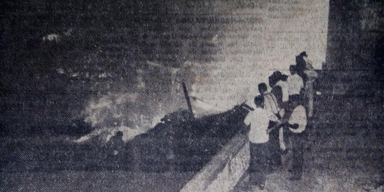 """Desde la terraza del antiguo Palacio Municipal los bomberos, entre mirones, tratan de sofocar el incendio del contiguo inmueble """"Los Corredores""""."""