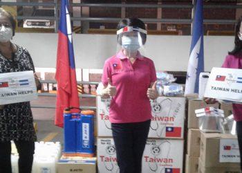 La República de China, Taiwán dona insumos de bioseguridad al personal de la Fundación CRISAQ.