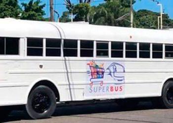 """La unidad de transporte ha sido acondicionada como el """"Súper Bus"""" de """"Las Chicas Roland"""", un mini-supermercado móvil."""