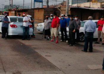 Taxistas protestan exigiendo el bono solidario y no pago de matrícula