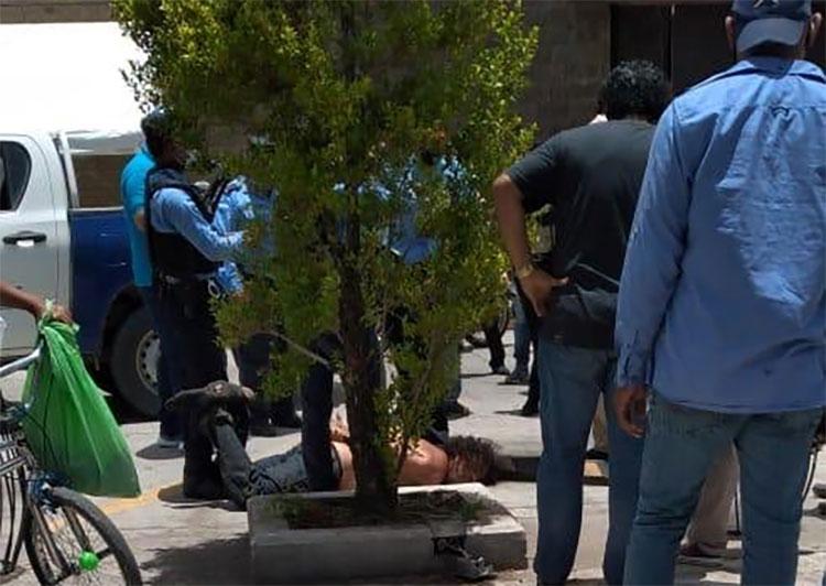 """""""El loco del machete"""" quiebra vidrios a 12 carros (Video)"""