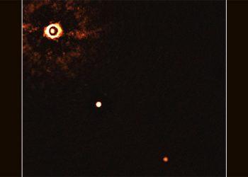 La imagen de la estrella de tipo solar TYC 8998-760-1 acompañada por dos gigantescos exoplanetas, captada por el VLT.ESO/Bohn et al.