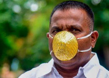 Empresario de India compra tapabocas de oro para evitar coronavirus