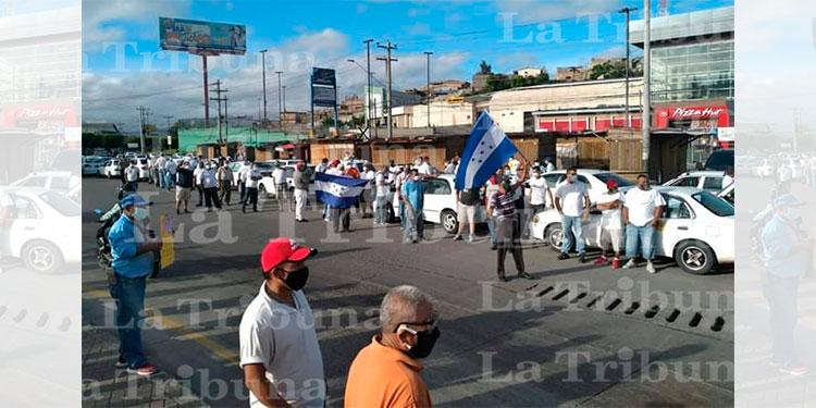 Taxistas salen a las calles para exigir bono en efectivo