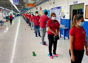 Los empleados pasan por un triaje, entre otras medidas para verificar su estado de salud.