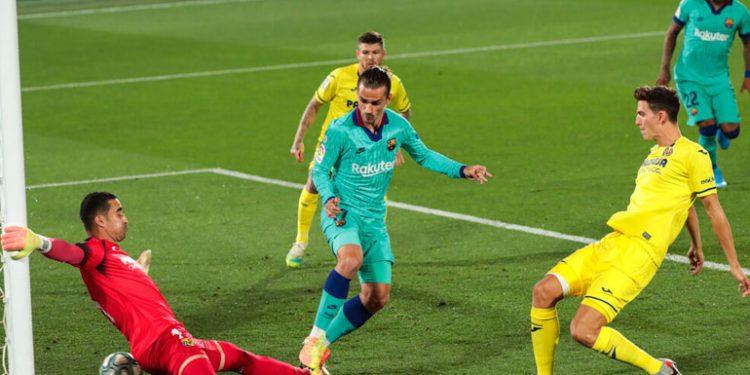 Barcelona golea al Villarreal y sigue en la lucha por el título