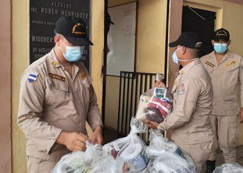 Los bomberos de Juticalpa, Catacamas y Campamento recibieron las bolsas con alimentos.