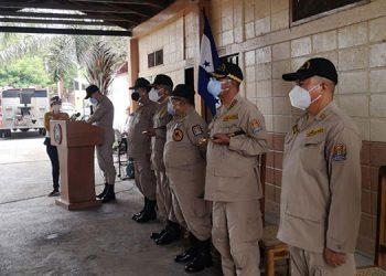 Momentos del traspaso de mando del oficial saliente, Ciriaco Díaz, al capital Manuel de Jesús Álvarez.