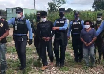 Ayer mismo agentes de la DPI remitieron a los detenidos con el expediente investigativo por la muerte violenta de María Fehelma Ortiz.