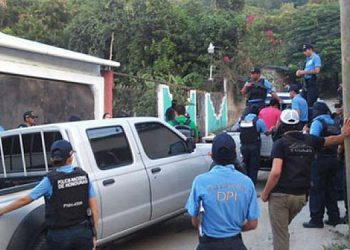"""Agentes de la Policía Nacional iniciaron las primeras pesquisas sobre el doble atentado ocurrido en la colonia """"Inés Carranza"""", de Choloma."""