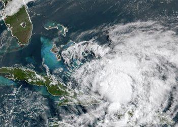 Isaías se debilita a tormenta tropical antes de llegar a Florida