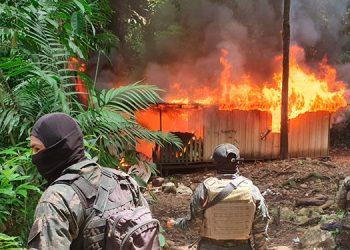 """Elementos de la Fuerza de Tarea Conjunta """"Xatruch"""" incineraron dos """"narcolaboratorios"""" localizados en días pasados en el caserío """"La Danta"""", Iriona, Colón."""