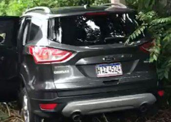 El automóvil en que se transportada el joven ultimado quedó en una cuneta al lado de la carretera CA-13, cerca de la comunidad de Sambo Creek.