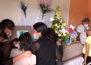"""Los seis cadáveres fueron velados en viviendas colindantes del sector """"La Lomita"""", contiguo a un campo de fútbol."""