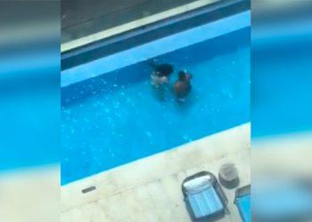 Graban a pareja teniendo sexo en piscina de un hotel