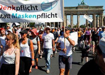 Miles de personas en Berlín protestan contra restricciones por coronavirus