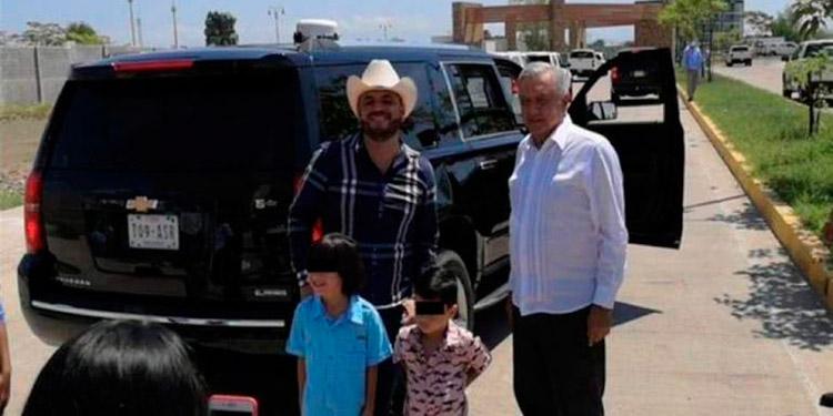 AMLO se fotografía con polémico artista de narcocorridos