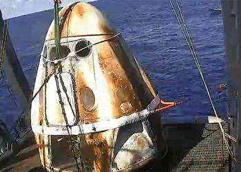 La cápsula tripulada de SpaceX ameriza frente a la costa de Florida (Video)