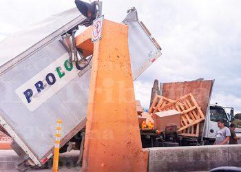 Camión se estrella contra barra de límite de altura en Comayagüela