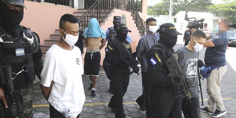 Con AK-47, drogas y dinero caen cuatro 18 y un MS-13