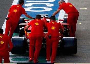 Siguen problemas en Ferrari: Vettel se bajó del auto e intentó reparar una falla