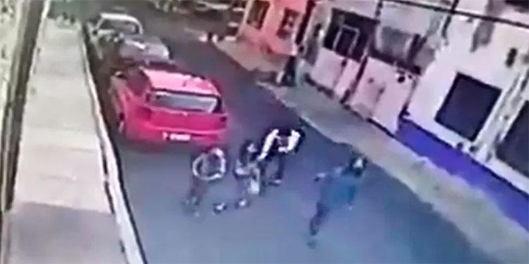 Hombre manosea a niña de 10 años que iba acompañada de su mamá (Video)