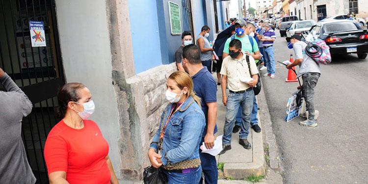 Desde la mañana, derechohabientes hacen filas para meter incapacidades, que deben desde hace casi 60 días.