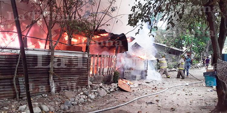Voraz incendio deja en la calle a unas 25 personas en SPS