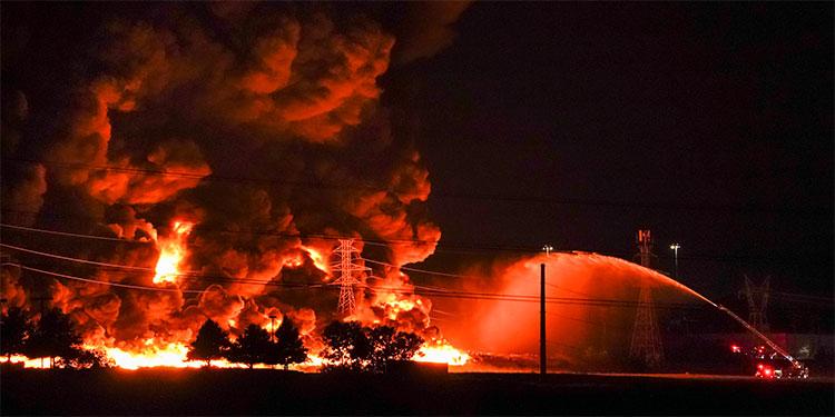 Gigantesco incendio afecta una fábrica de plásticos en EE.UU