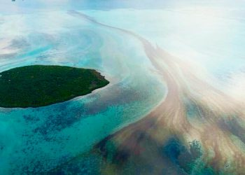 Barco japonés encallado en Isla Mauricio podría partirse en dos