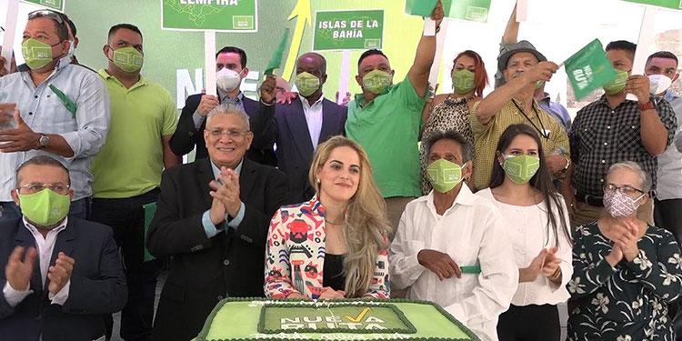 Esdras Amado y su esposa, junto a parte de sus seguidores en el primer aniversario.
