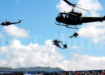 """Paracaidistas y """"show"""" aéreo presentarán FF. AA."""