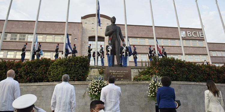 Honduras conmemoró otro aniversario más de independencia patria, a las 5:30 de la mañana comenzaron los actos protocolarios.
