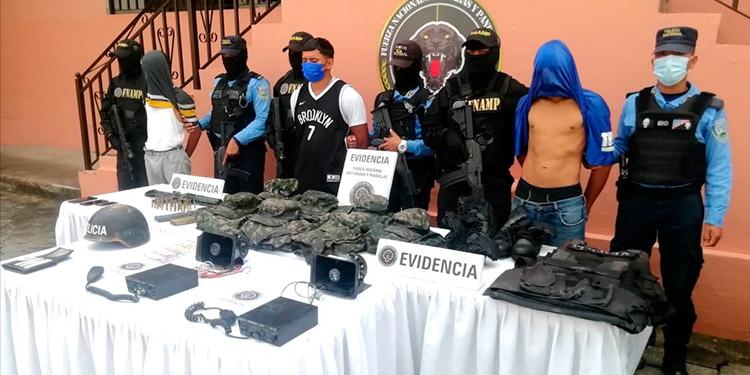 Los tres detenidos son investigados por la muerte violenta de varias personas en la capital, incluyendo crímenes múltiples.