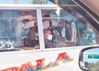 Muchos autobuses viajaron hasta con pasajeros de pie, durante el pilotaje de transporte urbano e interurbano.