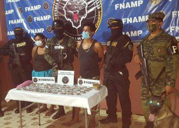El hombre y la mujer fueron detenidos por personal de la FNAMP y la Policía Militar.