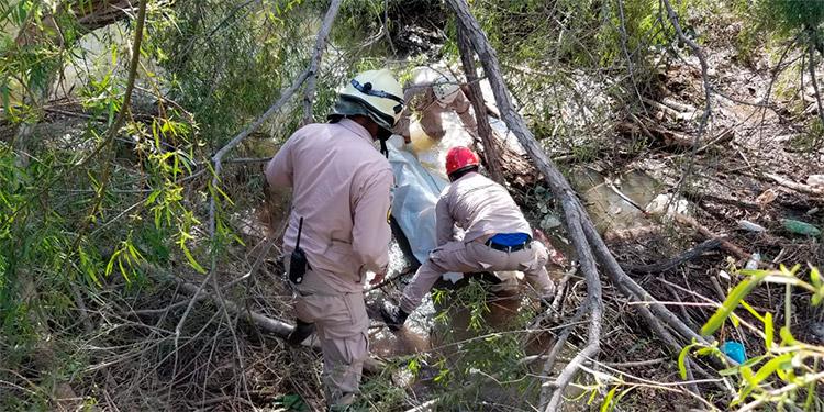 Bomberos rescatan cadáver en montaña