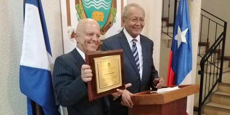 Embajador de Chile entrega fotografías a la  Academia Hondureña de la Lengua