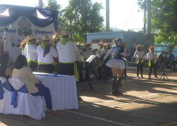 """Al son de la música de la orquesta """"Chorotega Latin Band"""", las palillonas bailaron varias canciones hondureñas."""