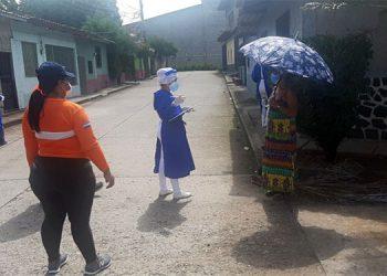 Las brigadas médicas visitan a pobladores de barrios y colonias de la excapital Comayagua.