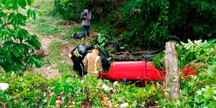 El automotor quedó con las llantas hacia arriba, luego de que el conductor perdiera el control del carro.