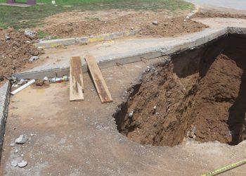 """El inmenso """"cráter"""" pone en peligro a cientos de automovilistas."""