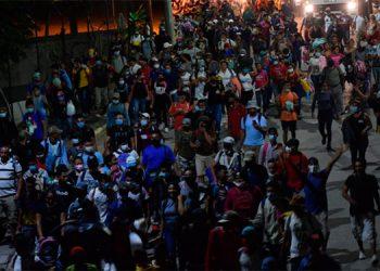 Una nueva caravana de hondureños salió ayer, desde Omoa, rumbo a Guatemala.