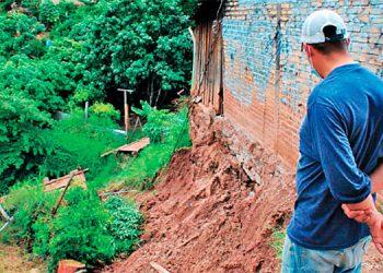 Familias huyen al ver sus casas al borde del precipicio