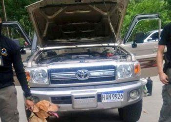 Las autoridades policiales les decomisaron a los sujetos un vehículo marca Toyota Land Cruiser, con registro de placas HAN 9926.