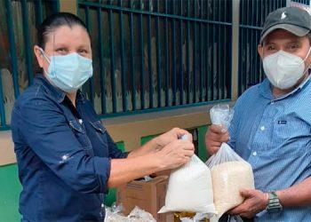 Delegados de la Fundación Ficohsa entregaron alimentos en 140 comunidades a nivel nacional.