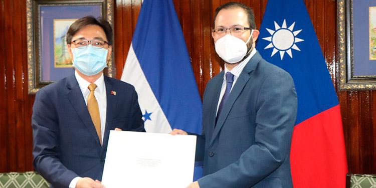 Nuevos Embajadores de Taiwán y la UE presentan Copias de Estilo