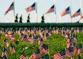 Activistas del COVID Memorial Project marcaron la muerte de 200,000 personas en Estados Unidos a causa del coronavirus con miles de banderas estadounidenses en el terreno del parque National Mall en Washington.